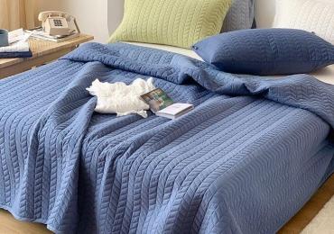 Buy Designer Fashionable Solid Quilt Set online